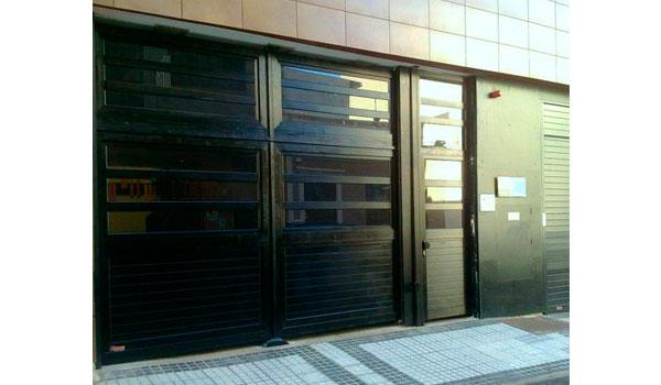 puerta batiente con portón insertado